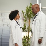 greys-anatomy-episode-1618-give-a-little-bit-promotional-photo-25.th.jpg