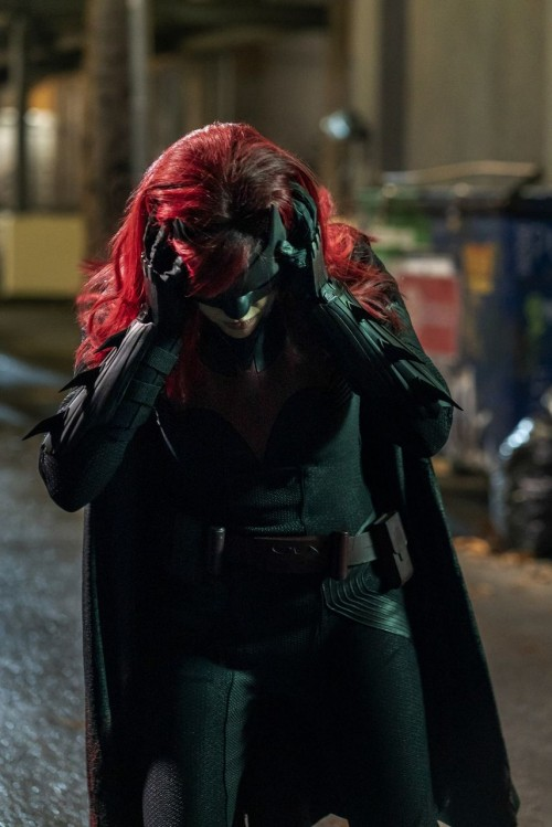 batwoman-episode-116-through-the-lookingglass-promotional-photo-050b4033b680414876.jpg