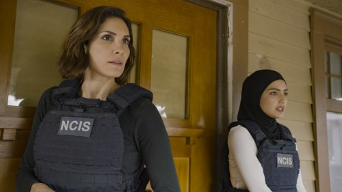 """Murder of Crows"" - Pictured: Daniela Ruah (Special Agent Kensi Blye) and Medalion Rahimi (Special A"