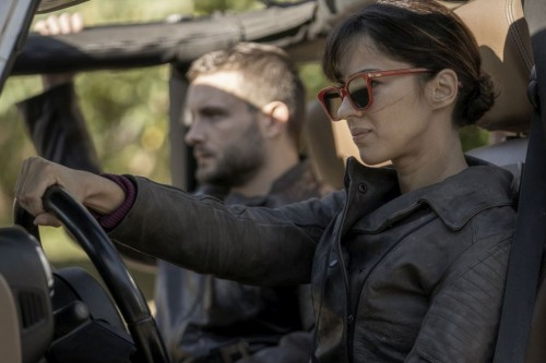Annet Mahendru as Huck, Nico Tortorella as Felix - The Walking Dead: World Beyond _ Season 1, Episod