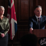 Robert_Carlyle_and_Victoria_Hamilton_in_Sky_Original_drama_COBRA_CYBERWAR_.th.jpg