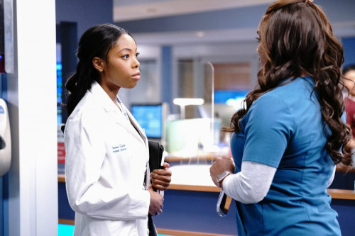 """CHICAGO MED -- """"A Red Pill, A Blue Pill"""" Episode 614 -- Pictured: (l-r) Asjha Cooper as Vanessa Tayl"""
